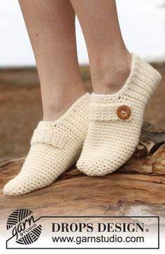"""Crochet DROPS slippers with strap and button in """"Nepal"""". ~ DROPS Design D. - Crochet DROPS slippers with strap and button in """"Nepal"""". ~ DROPS Design Do you have any noti - Crochet Diy, Crochet Boots, Crochet Woman, Crochet Crafts, Crochet Clothes, Shoe Pattern, Knitted Slippers, Slipper Boots, Drops Design"""