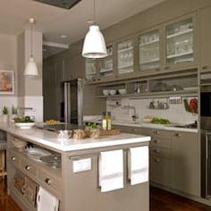 La península alberga el área de cocción: Cocinas de estilo ecléctico de DEULONDER arquitectura domestica