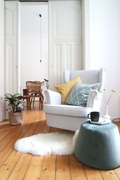 New in: arrow_right: Velvet pouf - Room Decoration Living Room Colors, Living Room Decor, Living Spaces, Colorful Apartment, New Room, Room Chairs, Home And Living, Interior Design, Furniture
