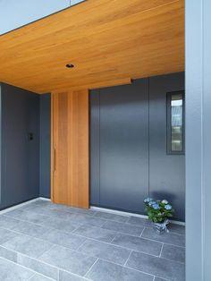 建築家:岩本 愛「庵川の家」 Office Entrance, Modern Entrance, House Entrance, Japanese Modern House, Japanese Garden Design, Main Door Design, Entrance Design, Japanese Sliding Doors, Weekend House