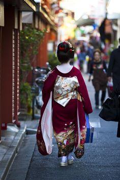Hangyoku (Tokyo Geisha apprentice) in Asakusa Tokyo Japanese Film, Japanese Geisha, Japanese Beauty, Traditional Japanese Art, Traditional Fashion, Traditional Dresses, Kyoto, Kimono Japan, Japanese Outfits
