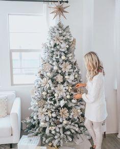 Flocked Christmas Trees Decorated, White Christmas Tree Decorations, White Christmas Trees, Christmas Tree Design, Noel Christmas, Homemade Christmas, Frosted Christmas Tree, How To Decorate Christmas Tree, Christmas Tree Ideas