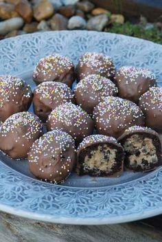 Fantastiska chokladbollar med underbart innehåll. Receptet är från Frida bakar. Kan även tillägga att enligt receptet skulle det bli 10 styc... Holiday Desserts, Just Desserts, Delicious Desserts, Dessert Recipes, Yummy Food, Tasty, Hot Cocoa Recipe, Homemade Sweets, Swedish Recipes