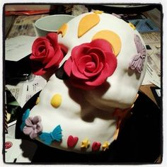 Gâteau d'anniversaire version Sugar Skull génoise cerise, mousse au chocolat noir et gelée de cerise. www.authegourmand.fr