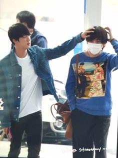 Omma Jin (no me maten) tratando de que Tae salga ordenado en las fotos