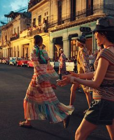 Chanel Show in Cuba - models walking out for the finale. Cuba Fashion, Fashion Shoot, Fashion 2020, Retro Fashion, Editorial Fashion, Boho Fashion, Fashion Models, Fashion Outfits, Chanel Resort