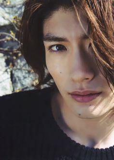 o ator e cantor japonês Miura Haruma