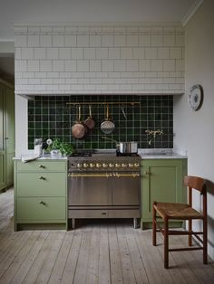 34 Vintage Kitchen Design and Decor Ideas that Stand the Test of Time - The Trending House Home Interior, Kitchen Interior, New Kitchen, Kitchen Dining, Kitchen Decor, Kitchen Ideas, Petite Kitchen, Kitchen Trends, Kitchen Styling