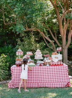 Vintage Strawberry Dessert Table This past June, I had the opportunity to create another dessert table for Tiffani Thiessen's daughter's birthday. This year, Harper chose a strawberry theme to celebrate her birthday. I loved the idea and couldn't Picnic Theme, Picnic Birthday, 4th Birthday Parties, Birthday Fun, Birthday Celebration, Picnic Parties, Tea Parties, Birthday Ideas, Strawberry Shortcake Birthday