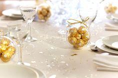 L'OR EN TRANSPARENCE - Dans une boule transparente, dispersez quelques bouchées dorées de Ferrero Rocher et nouez le tout avec un joli ruban du même ton. Placez votre œuvre sur la table et vous obtiendrez une délicieuse décoration… élégante et inattendue !