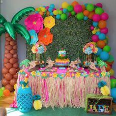 Baby Birthday Balloon Decoration Ideas, Air Balloon Decorating, DIY Decor There are many ideas for your baby birthday party, balloon decorations are popular in such parties. Moana Birthday Decorations, Luau Theme Party, Hawaiian Party Decorations, Moana Themed Party, Hawaiian Luau Party, Tiki Party, Birthday Party Themes, Baby Birthday, Hawaiian Birthday