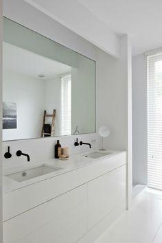 großer Spiegel und weißer Unterschrank