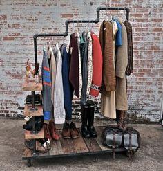 Arara de roupas feita com restos de canos e madeira reutilizada. #Upcycle