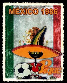 Uno de los condimentos más representativos de la comida mexicana fue la mascota de la Copa Mundial de Futbol México 1986. Pique es un chile que porta el tradicional sombrero de ala muy ancha y copa alargada, que toma la forma del picante pimiento. Otra particularidad del personaje son sus grades y rizados bigotes. Viste los colores nacionales en su atuendo y a su lado se mira un gran balón de fútbol. World Cup Logo, Manchester United Football, Wild West, Fifa, Chile, Cups, Cartoons, Soccer, History