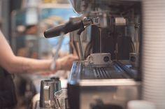 Dollop Coffee & Tea - Chicago | Branding, sinalização e design de interiores criado pela Firebelly Design