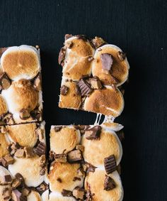 Peanut Butter Cup S'moreo Bars: Meet the S'moreo. It's an irresistible melted concoction made of Oreos, peanut butter cups, and marshmallows. (via Top with Cinnamon) Just Desserts, Delicious Desserts, Dessert Recipes, Yummy Food, Baking Recipes, Easy Recipes, Healthy Food, Eat Dessert First, Dessert Bars