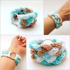kék fehér és beige színátmenetes kötött karkötő / blue white and beige gradient knitted bracelet