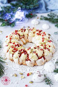 """Wieniec bezowy świątecznyWieniec bezowy świąteczny, a do tego truskawkowy, bo stworzony """"z miłooości do truskawek"""" razem z dżemem truskawkowym z Łowicza.Bezy to takie niepozorne ciasta - niby same białka i cukier, ale z dodatkiem kremu i owoców powstaje z"""