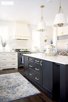 Beautiful kitchen with spring decorating - white cupboards, black island and brass hardware create a timeless backdrop. Touches of blue and white and faux flowers are elegant and chic! Gold Kitchen, New Kitchen, Kitchen Decor, Kitchen Ideas, Kitchen Inspiration, Kitchen Trends, Kitchen Styling, Kitchen Designs, Kitchen Furniture