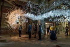 художник и архитектор Филипп Бисли объединяет в своих произведениях широкий спектр технологий и систем, и они впечатляющие. Его последняя работа, Astrocyte, соединяет химию, искусственный интеллект и звук, чтобы создать живую часть конструкции, которая реагирует на присутствие зрителей.