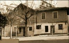 Το Διοικητήριο του Συνοικισμού Βύρωνος.  Διακρίνεται η αναμνηστική μαρμάρινη πλάκα της ιδρύσεως του Συνοικισμού.