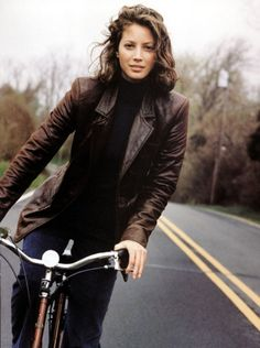 Christy Turlington Burns - Jeans and Brown leather jacket Cycle Chic, Christy Turlington, 90s Fashion, Womens Fashion, Vogue Fashion, High Fashion, Fashion Trends, Lauren Hutton, Leather Jacket Outfits