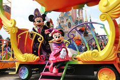 Mickey and Minnie enjoying the sun from aboard the 20th anniversary train @ #disneylandparis