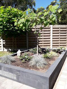 #klantfoto #stapelblok #antraciet #zwart #bloembak #plantenbak #border #muurelement #tuin #stapelen How To Plan, Plants, Plant, Planets