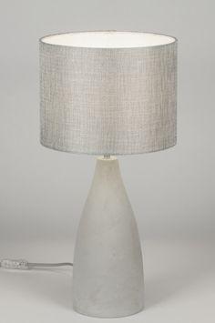 Klik voor de website op deze link : ( www.rietveldlicht.nl ) Verzendkosten gratis .   Geschikt voor LED Leuke klassiek vormgegeven tafellamp met zilverkleurige stoffen kap en betonnen voet. De lamp wordt bediend met een schakelaar aan het grijze strijkijzersnoer. totaal:hoogte: 53.50 cm
