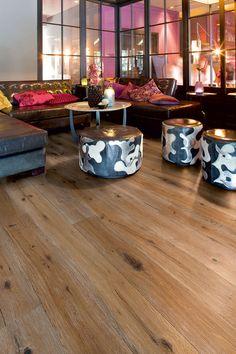 moderne design möbel auf klassischem holzboden   qualitäts parkett von planeo.de  modern interior with classic wooden floor   parquet