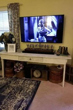 Styling a Farmhouse table with flowers and antiques White Candles, White Vases, Hanging Tv On Wall, Blue Fall Decor, Silver Candlesticks, Thrifty Decor, Tv Decor, How To Antique Wood