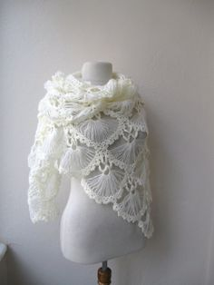 Hand crochet triangle lace shawl wrap neckwarmer mohair yarn in ivory Holidays Christmas Wedding Bride - Dina make?