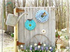 décoration jardin en objets récup: arrosoir, porte en bois et jacinthes