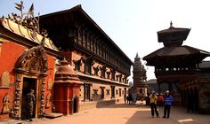 """Bhaktapur Darbar Square (""""Bhaktapur"""" meaning de city of Devotees). De city lies 14 km east of Kathmandu Valley. In de this picture is de Golden Gate with de Palace off 55 Windows on de left. De gate is one of de most beautiful n richly carved specimens of its kinds. De palace is oso a World Heritage Site listed by UNESCO. De place was built around 14th century AD. Bhaktapur, Bagmati_ Central Nepal"""