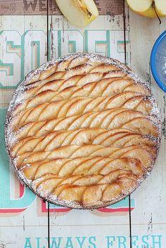 Authentique et simplement divine, cette tarte amandine aux pommes est tout bonnement une petite merveille de gourmandise. D'après la recet... Tapas, Frangipane Tart, Molten Lava Cakes, Authentique, Apple Pie, Baked Goods, Vegetarian Recipes, Sweet Tooth, Bakery
