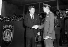 US President John F. Kennedy visits SHAPE near Paris and is welcomed by SACEUR General Lauris Norstad (June 1961).