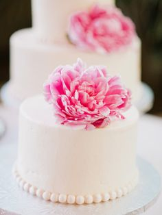 simple cakes topped with pink peonies / photo by merari.com