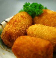 Patates Kroket  -  Fügen Büke #yemekmutfak.com Patates kroket özellikle ızgara et, tavuk ve balık çeşitlerinin yanında çok severek yenilir. Çocukların en çok tercih ettiği lezzetlerin başında gelen patates kızartmasının da alternatifidir. Genellikle marketlerden hazır dondurulmuş ürün şeklinde alırız. Oysa patates kroketi evde yapmak hem çok kolaydır, hem de daha lezzetli ve ekonomiktir. Hazırladığınız patates kroketleri isterseniz derin dondurucuya koyup istediğiniz zaman… Tapas, Snack Recipes, Cooking Recipes, Snacks, Turkish Recipes, Ethnic Recipes, Indonesian Food, Mediterranean Recipes, Lunches And Dinners