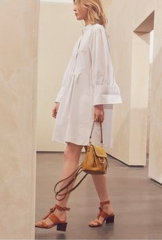 See the complete Chloé Resort 2017 collection.