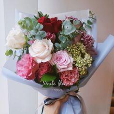 """#💐 #축하꽃다발 식물과 꽃다발은 스마일플라워에서 #정성스런 #당일배송 #🎁 . kakao id. 스마일플라워앤카페 블로그. http://blog.naver.com/smile-flower . """"당신의 스마일을 보고싶어요"""" 'for your smile' SMILE FLOWER☕️CAFE . #smileflower #smilecafe #flowercafe #smile #flower #florist #flowershop #handtied #여의도 #여의나루 #여의나루카페 #여의도꽃집 #스마일플라워 #스마일플라워카페 #플라워카페 #플로리스트 #꽃 #플라워 #여의도꽃배달 #미원빌딩 #여의도ifc #여의도역 #소통하기 언제나 #감사합니다 #😃"""