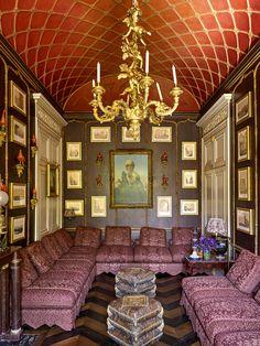 Le duplex parisien de Pierre Bergé Le petit salon. Suspendu au plafond en treillage, un lustre en bronze doré de la fin du XVIIe siècle. Au mur, un portrait de jeune femme par Émile Vernet-Lecomte et, autour, une collection d'oiseaux en porcelaine chinoise du xixe se mêlant à des vues de Rome dessinées au crayon par Charles Philippe Auguste de Larivière. Les canapés d'esprit «turquerie» sont recouverts de lin imprimé. Au centre, des poufs en terre cuite du XIXe siècle.