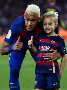 of FC Barcelona and his son Davi Lucca give their thumbs up prior to the La Liga match between FC Barcelona and Deportivo Alaves at Camp Nou stadium on September 2016 in Barcelona, Spain. Neymar Jr, Fc Barcelona Neymar, Barcelona Football, Barcelona Spain, Blonde Hair Boy, Blonde Guys, Soccer Fans, Football Players, Soccer Stuff