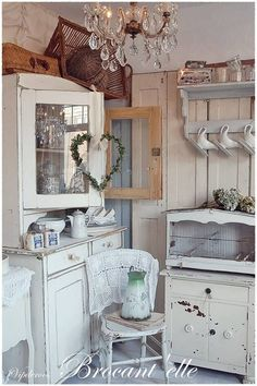 Shabby Chic furniture and style of decor displays more 'run down' or vintage items, or aged furniture. Shabby Chic is the perfect style balanced inbetween vintage and luxury, or '… Shabby French Chic, Shabby Chic Mode, Shabby Chic Farmhouse, Vintage Shabby Chic, Shabby Chic Style, Shabby Chic Decor, Farmhouse Style, Shabby Chic Kitchen Cabinets, Cozinha Shabby Chic