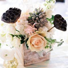 idée de centre de table mariage avec bac en bois, succulentes et roses