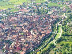 おもちゃ箱のようなカラフルな建物、たくさんの緑と花々、そしてゆったりと流れる小川。おとぎの国にでてくるようなこの街は、ジブリ映画『ハウルの動く城』のモデルとなったといわれているフランス東部の街『コルマール』。