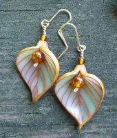 Leaves earrings by Joan Tayler design in translucent polymer clay / Pendientes-hoja de Joan Tayler en arcilla polimérica traslúcida