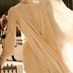 Detalles espalda. Vestido de manga larga, en color rosa maquillaje, de una novia de Teresa Palazuelo