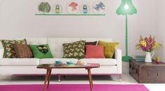 Lekfullt vardagsrum med färgglada detaljer