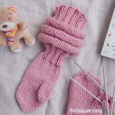 Nyt on saatu puutarhapalsta talvikuntoon ja minulla on taas ainakin jonkin verran aikaa käsitöille. Innostuin neulomaan tyttären tyttärelleni makkaravartiset lapaset. Makkaravartiset lapaset venyv… Haircuts For Curly Hair, Curly Hair Styles, Knit Mittens, Fingerless Gloves, Little Boys, Arm Warmers, Knit Crochet, Knitting, Children
