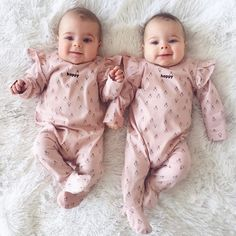 Baby twins identical ideas for 2019 Cute Baby Twins, Twin Baby Girls, Cute Little Baby, Baby Kind, Twin Babies, Little Babies, Cute Baby Pictures, Trendy Baby, Funny Babies